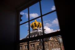 Eine riesige Krone auf einem Gebäude in Amsterdam. (Bild: Keystone)