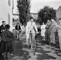 Im Sommer 1965 schenkte Ferdy Kübler tibetischen Flüchtlingen in der Schweiz Velos. (Bild: Keystone)