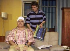"""Jörg Schneider und Beat Gärtner in einer Szene des Lustspiels """"Dure bi rot"""", aufgenommen 2003. (Bild: Keystone)"""