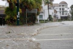 Eine überflutete Strasse in einem Geschäftsviertel in Naples, Florida. (Bild: Keystone)