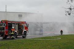 Mit Wasservorhängen kämpfte die Feuerwehr gegen die giftigen Dämpfe, die aus dem Betrieb ins Freie gelangten. (Bild: Mario Testa)