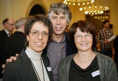 Andrea Röst mit Gatte Marc Röst und Brigitte Kaufmann-Arn, alle in Uttwil daheim. (Bild: Reto Martin)