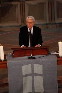 Moderator Frank Elstner spricht zu den Trauergästen. (Bild: pd)