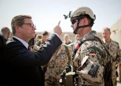 Stets um die Mitmenschen besorgt: 2013 besuchte Westerwelle in Afghanistan stationierte deutsche Soldaten. (Bild: Keystone)