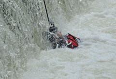 Ein Polizeitaucher wird zum Fuss des Wasserfalls gezogen. (Bild: Reto Martin)