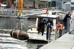 Die Bombe wird ans Ufer gehievt. (Bild: Rudolf Hirtl)