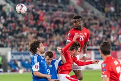 Auch Johan Djourou (Nummer 20) versucht den Ball per Kopf ins Tor zu bringen. (Bild: Keystone)