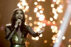 Stargast der Show: Conchita Wurst, Siegerin des letztjährigen Song Contest. (Bild: Keystone)