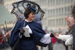 Besuch aus der Vergangenheit: Eine Umzugsteilnehmerin zeigt Mode von anno dazumal. (Bild: Urs Jaudas)