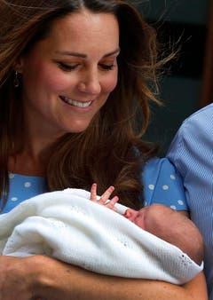 Mama Kate mit dem erst einen Tag alten Prinz George. (Bild: Keystone)