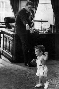 Der grosse und der kleine John am 25. Mai 1962. (Bild: Keystone)
