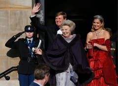 Königin Beatrix (Mitte) verabschiedet sich. Kronprinz Willem-Alexander und Prinzessin Maxima übernehmen das Zepter. (Bild: Keystone)