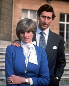 Prinz Charles und Diana Spencer am Tag der Bekanntgabe ihrer Verlobung im Garten des Buckingham Palastes. (Bild: EPA (London, 24. Februar 1981))