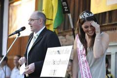 Miss Ostschweiz Patricia Rimle wird in Muolen vor dem Restaurant Hirschen gefeiert. (Bild: Hanspeter Schiess)