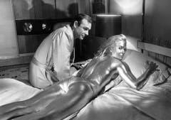 Shirley Eaton als Jill Masterson wird in «Goldfinger» (1964) mit Gold überzogen und erstickt. (Bild: pd)