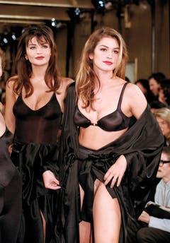 Ganz in Schwarz: Cindy Crawford (rechts) im Jahr 1992 bei einer Modeschau in New York. (Bild: Keystone)