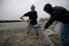 Freiwillige füllen in Ventnor Sandsäcke ab. (Bild: Keystone)