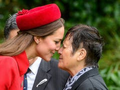 epa04158013 RECROP OF epa04157520 Britain's Princess Catherine Duchess of Cambridge receives a hongi (Maori greeting) from Maori elder Hiria Hape at an official welcome on the grounds of Government House, in Wellington, New Zealand, 07 April 2014. Eight-month-old Prince George watched from a window as his parents the Duke and Duchess of Cambridge were welcomed to New Zealand with a traditional Maori war dance, a haka. EPA/Mark Coote (Bild: Keystone)