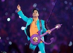 """In seiner Karriere trug Prince viele Namen - unter anderem bediente er sich auch nur eines Symbols als Zeichen seines Zwists mit der Plattenindustrie. """"The Symbol"""" fand denn auch Niederschlag in einer Spezialanfertigung seiner Gitarre (Aufnahme von 2007). (Bild: Keystone)"""