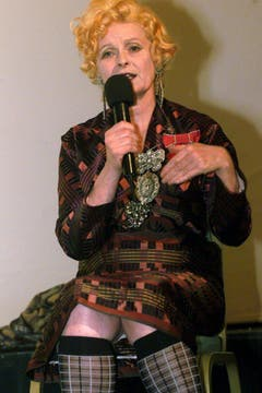 Vivienne Westwood, Modedesignerin aus London, hält am Samstag, 21. Oktober 2000, am 1. Internationalen Designer- und Lifestyle Kongress 'Gwand' in Luzern ein Referat über ihren Einfluss auf die internationale Mode- und Lifestyletrends. (Bild: Keystone)