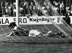 In seiner Zeit als Spieler des FC St.Gallen musste Urs Fischer teils untendurch - so etwa 1993, als der Verein abstieg. (Bild: Archiv/St.Galler Tagblatt)