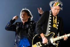 Mick Jagger (links) hinter Keith Richards im Scheinweiferlicht. (Bild: WALTER BIERI (EPA KEYSTONE))