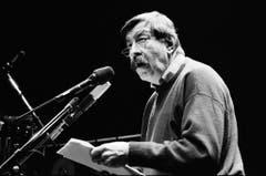 """Im Januar 1988 liest Günter Grass in Zürich zur Musik von Günter """"Baby"""" Sommer aus seinen Werken """"Die Blechtrommel"""" und """"Die Rättin"""". (Bild: Keystone)"""