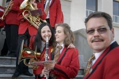 Die Musikerinnen und Musiker freuen sich auf ihren Auftritt. (Bild: Michel Canonica)