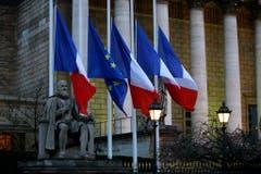 Die französischen Flaggen stehen auf Halbmast. (Bild: Keystone)