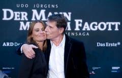 """Immer wieder Jenny: Udo Jürgens ist stolz auf seine Tochter und zeigt ihr das im September 2011 in Berlin, bei der Premiere des Films """"Der Mann mit dem Fagott"""". (Bild: Keystone)"""