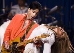 """Platz 1: Prince. Der Mann mit den immer wieder wechselnden Namen legte auch ohne nackte Haut eine sexy Show hin -alleine durch sein Gitarrenspiel. Highlight: """"Purple Rain"""" zum Abschluss. (Bild: TANNEN MAURY (EPA))"""