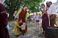 Klein und Gross sind in mittelalterliche Gewänder gehüllt. (Bild: Reto Martin)