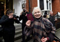 Vivienne Westwood besucht im Februar 2016 Wikileaks-Gründer Julian Assange auf der ecuadorianischen Botschaft in London. (Bild: Keystone)