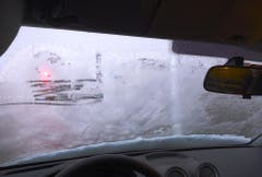 Sicht gleich null: Die Scheibe dieses Wagens wurde nur marginal vom Eis befreit. (Bild: Kantonspolizei Thurgau)