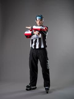Stockend-Stoss / But-Ending (IIHF-Regel 121): Ein Spieler, der die obere Hand am Stock nach unten Richtung Stockblatt schiebt und mit dem Ende des Stockes in den Körper des Gegenspielers stösst. Eine zusammenstossende Bewegung der Vorderarme wird auf Brusthöhe ausgeführt - ein Arm bewegt sich über dem anderen. Die obere Hand ist geöffnet, die untere ist zur Faust geballt. (Bild: Keystone)