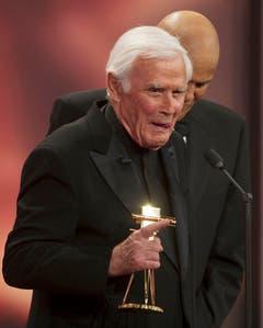2010 wurde Blacky Fuchsberger mit einer Goldenen Kamera für sein Lebenswerk ausgezeichnet. Im Hintergrund Sänger Harry Belafonte. (Bild: Keystone)