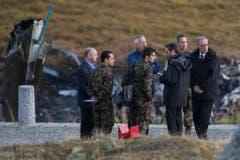 Armeechef André Blattmann (Mitte in blau) und Bundesrat Guy Parmelin (rechts) an der Absturzstelle. (Bild: Keystone)