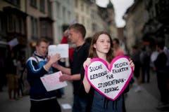 Eine Studentin sucht per Plakat einen Gebührenzahler. (Bild: Urs Jaudas)