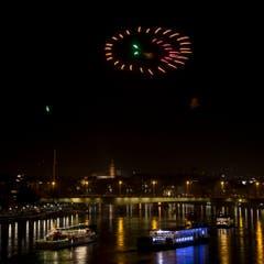 Feuerwerk erhellt den Rhein in Basel. (Bild: Keystone)