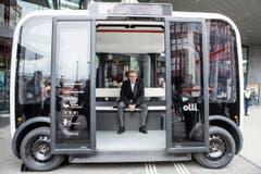Könnte so die Zukunft des Busfahrens aussehen? SBB-Chef Andreas Meyer stellt bei einem Pilotversuch im März einen selbstfahrenden Bus vor. (Bild: ALEXANDRA WEY (KEYSTONE))