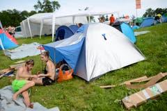 Geschafft: Valentina Spycher und Michael Rösli relaxen vor ihrem Zelt. (Bild: Luca Linder)