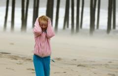 Sturmwinde peitschen der neunjährigen Molly White am Strand von Frankford um die Ohren. (Bild: Keystone)