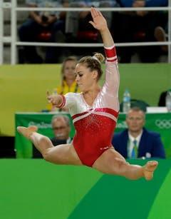 Giulia Steingruber bei einer Darbietung am Boden. (Bild: DMITRI LOVETSKY (AP))