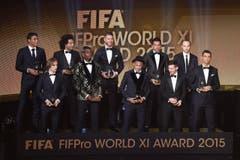 Die Fifa Top Elf des Jahres 2015 (von links): Thiago Silva, Luka Modric, Marcelo, Paul Pogba, Sergio Ramos, Neymar, Dani Alves, Lionel Messi, Andres Iniesta und Cristiano Ronaldo. (Bild: Keystone)