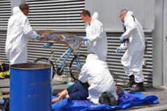 Die Einsatzkräfte der Chemiewehr Fürstentum Liechtenstein kümmern sich um einen Verletzten. (Bild: Mirja Keller/Werdenberger & Obertoggenburger)