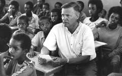 """Karlheinz Böhm in den 80er-Jahren in einer Schule in Äthiopien. 1981 gründete Böhm angesichts der Hungersnot in der Sahelzone die Stiftung """"Menschen für Menschen"""", die seither in Äthiopien langfristig angelegte Hilfsprojekte finanziert. (Bild: Keystone)"""