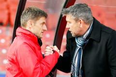 Urs Fischer und sein Nachfolger beim FC Zürich, Urs Meier, bei einem Shakehands. (Bild: Keystone)