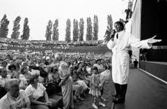 Udo Jürgens tritt am 30. Juni 1992 im Bademantel vor das Publikum im Amphitheater in Windisch und erklärt, das Konzert werde etwas später beginnen. (Bild: Keystone)