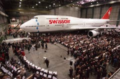 Tränenreicher Abschied: Am 10. Januar 2000 wird der letzte Jumbo der Swissair, eine 747-357, in Kloten verabschiedet. (Bild: ky/Christoph Ruckstuhl)
