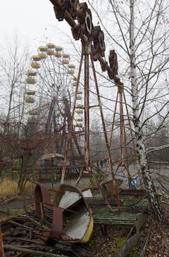 Das Riesenrad und die Schiffschaukel in einem Park in Pripjat blieben vor 30 Jahren für immer stehen. (Bild: Keystone)